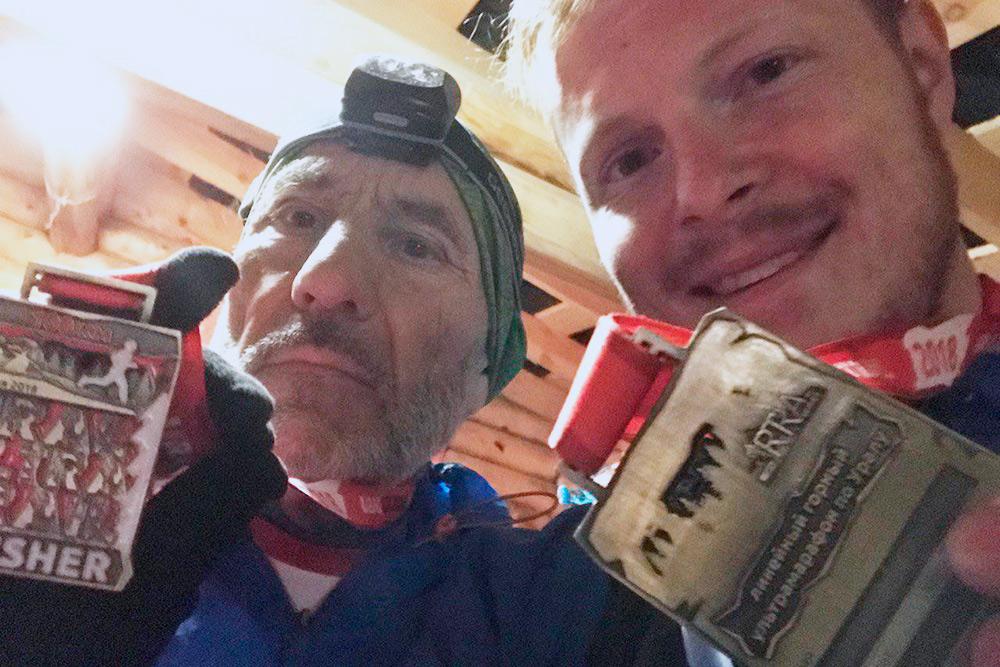 Последние 20 км я пробежал вместе с 66-летним ультрамарафонцем, который перенес два инфаркта и шунтирование сердца. Вот мы и наши медали