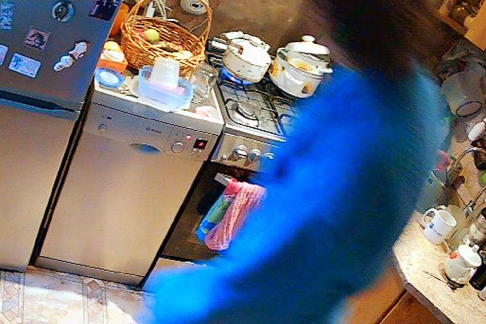 Проникновение в кухню: жена ночью крадется к холодильнику