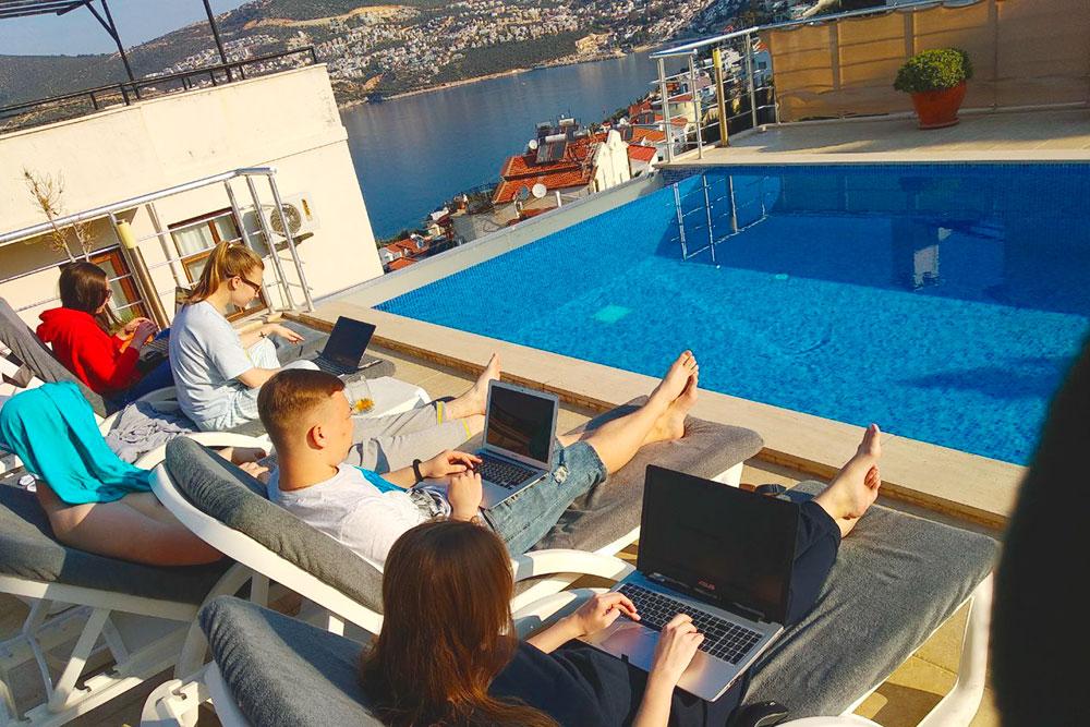 Рабочий день у бассейна — совсем другое дело. Правда, днем так долго не поработаешь: жаркое турецкое солнце загоняло нас обратно под крышу