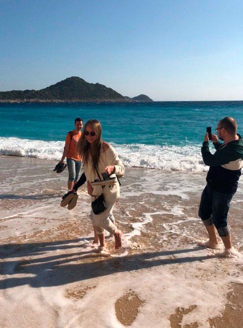 Пытаемся понять, можно ли купаться. Вода была довольно холодной, но в итоге половина команды рискнула залезть в море