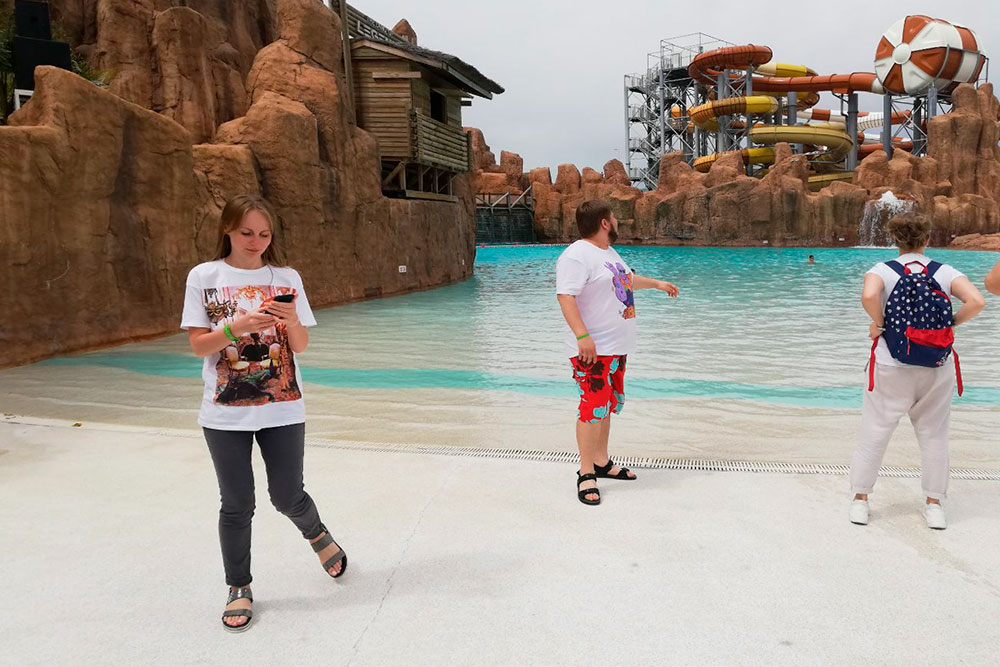 Зашли на искусственный пляж в парке, но на водные горки не решились: безсолнышка было прохладно