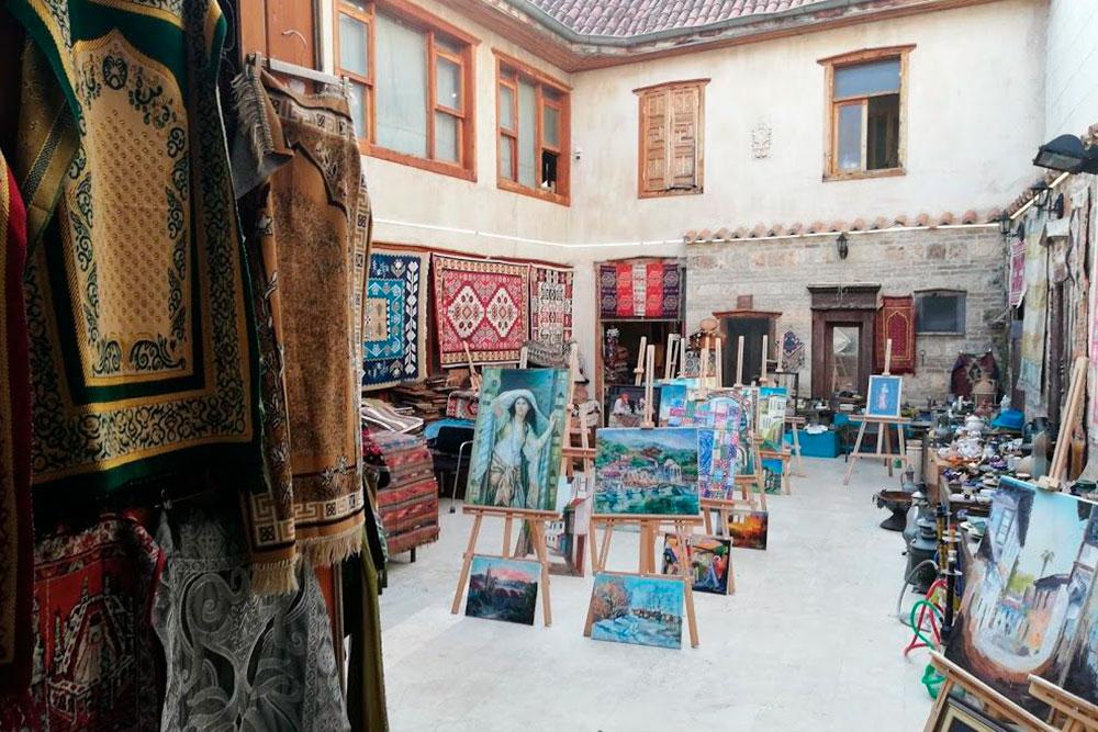 Типичный двор в районе Калеичи. В каждом третьем дворе Антальи торгуют национальными товарами, в остальных — бары