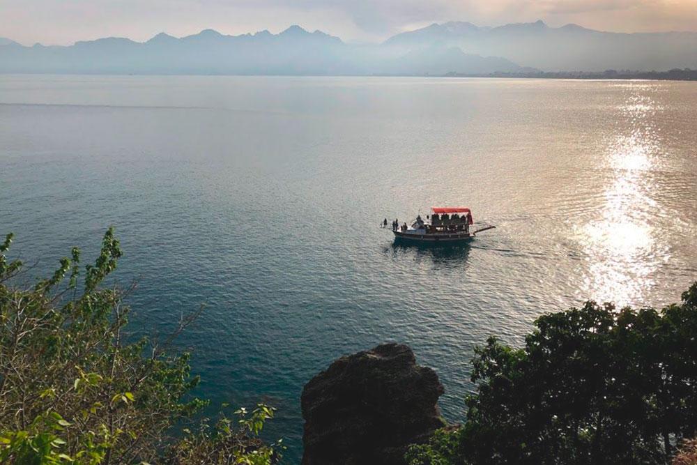 Вид с набережной Антальи. Чтобы красиво сфотографироваться на его фоне, надо было буквально стоять в очереди из туристов — мы пожалели время