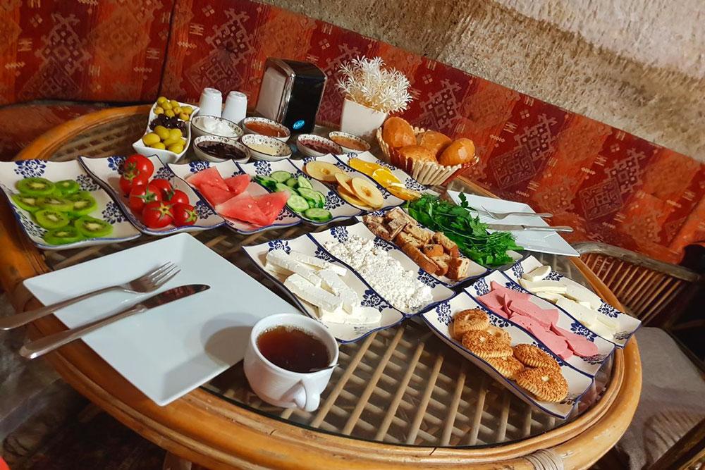 Завтрак в отеле «Лалезар». Обычно на завтрак собиралась компания из четырех-пяти столов и администратор очень живо рассказывал турецкие анекдоты
