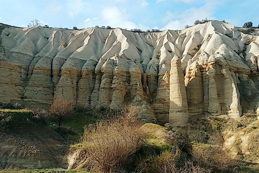 Удивительные скалы в Каппадокии. Вид со дна каньона