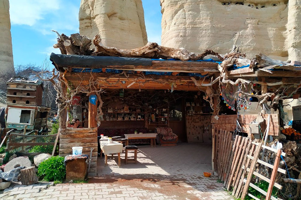 Небольшое кафе в Долине любви. Можно купить порошковый чай за 5 лир, а по двору гуляют курицы
