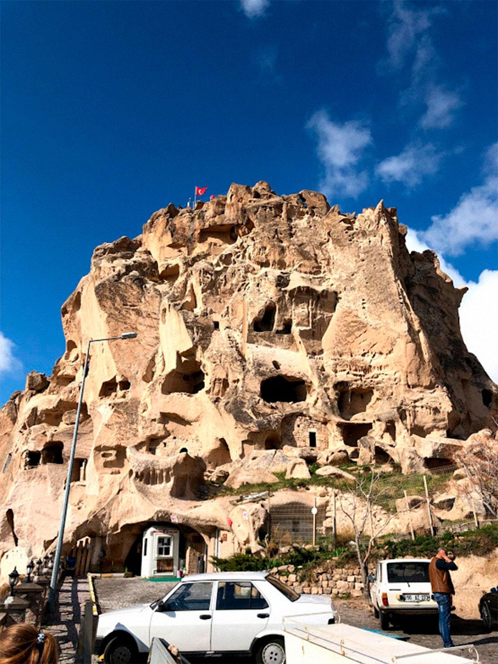 Замок Ухчисар, на вершину которого мы взбирались из последних сил