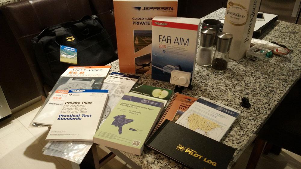 Материалы для обучения и Pilot Log — книга пилота, куда заносится информация обо всех выполненных полетах