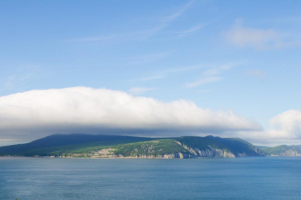Туман надгородом — это испаряющаяся вода из Охотского моря. Она конденсируется в большие облака, которые накрывают город. На фото такое облако нависло надрайоном Горняк — он слева между сопок — в этом месте расположен официальный городской пляж