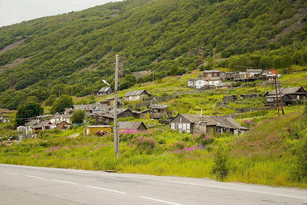 Деревянные дачи вокруг Магадана, их используют как летние домики у огорода, на котором обычно выращивают картошку