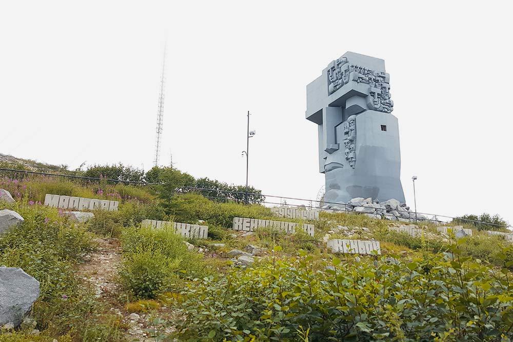 «Маска скорби» работы Эрнста Неизвестного — это самая заметная и известная достопримечательность Магадана. Памятник выполнен в виде огромного бетонного лика, из глаз которого льются слезы — тоже в форме человеческих лиц