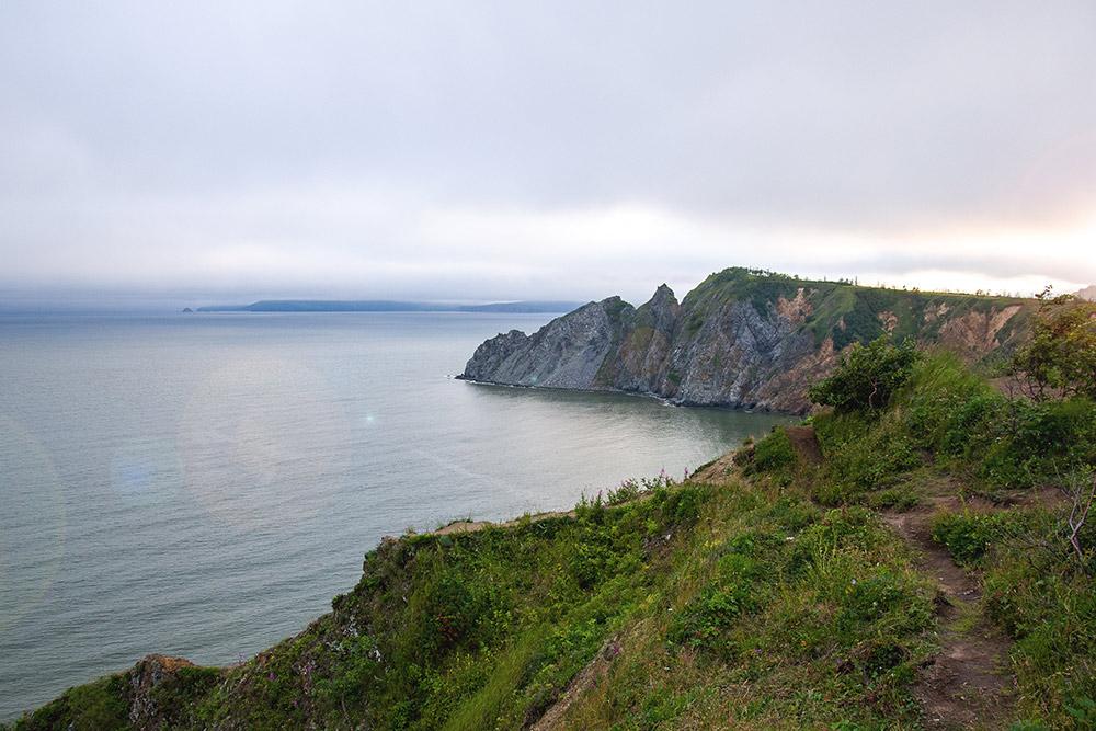 Вид на побережье Охотского моря и мыс Нюкля