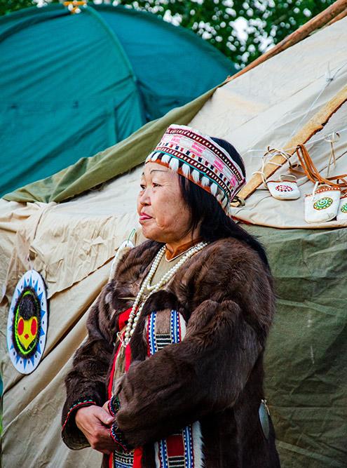 Коренные жители Севера в традиционной одежде во время праздника в Сеймчане