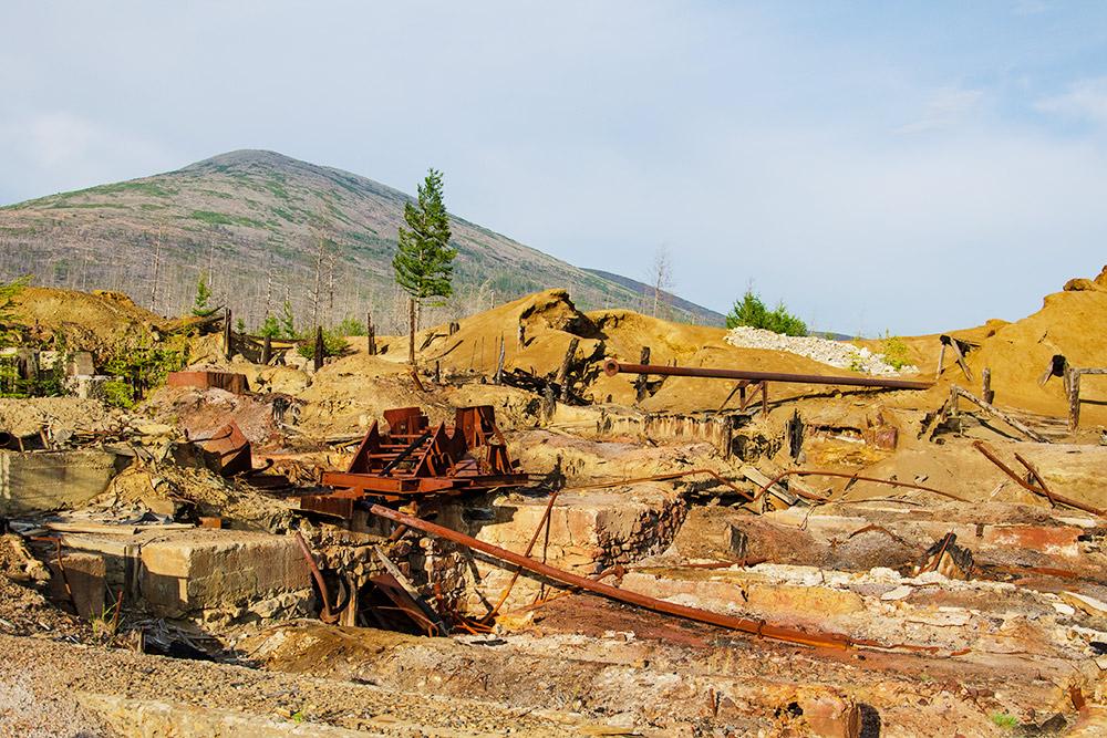 Недалеко от Сеймчана находятся остатки Второй горно-обогатительной фабрики — одного из бывших объектов ГУЛАГа на Колыме