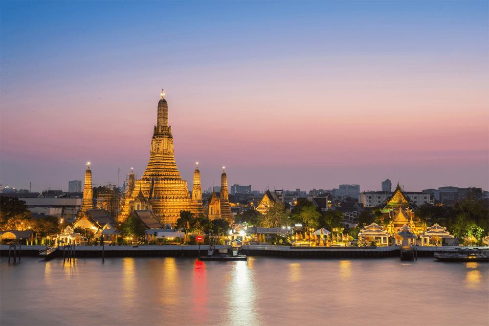 Ват Арун — он же храм Зари в Бангкоке. Построен в XIX веке, туристы сворачивают шеи, разглядывая его 79-метровую пагоду
