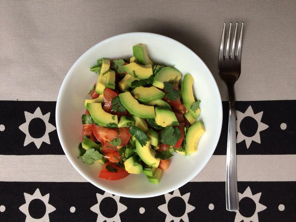 Простой вегетарианский салат: авокадо, помидор, кинза, лимонный сок и соль