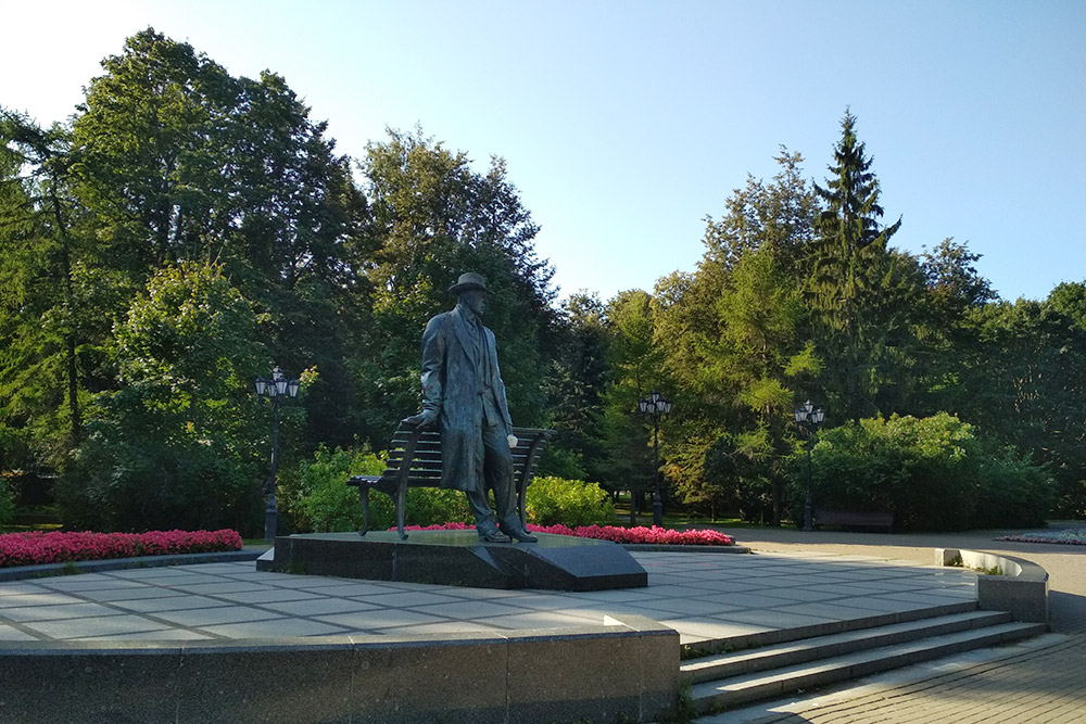 Памятник Рахманинову находится в небольшом сквере, где звучат самые известные произведения композитора