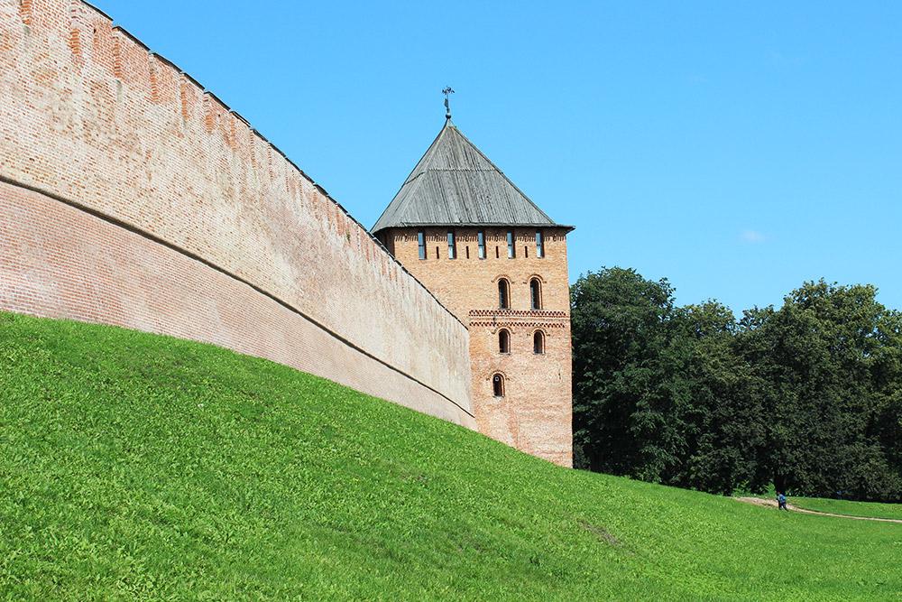 К стенам Новгородского кремля можно подойти вплотную. Большинство башен закрыты дляпосещения
