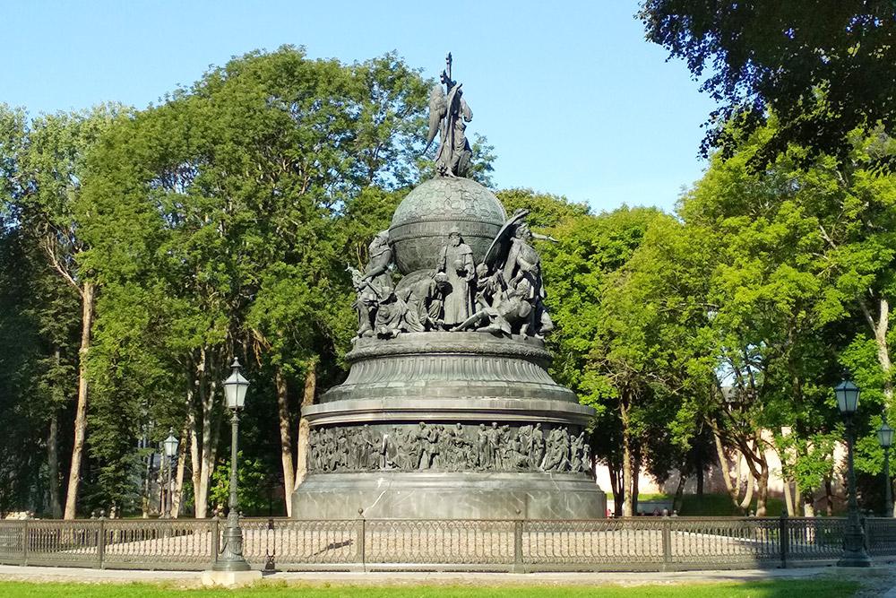 Во время войны немцы частично разобрали памятник