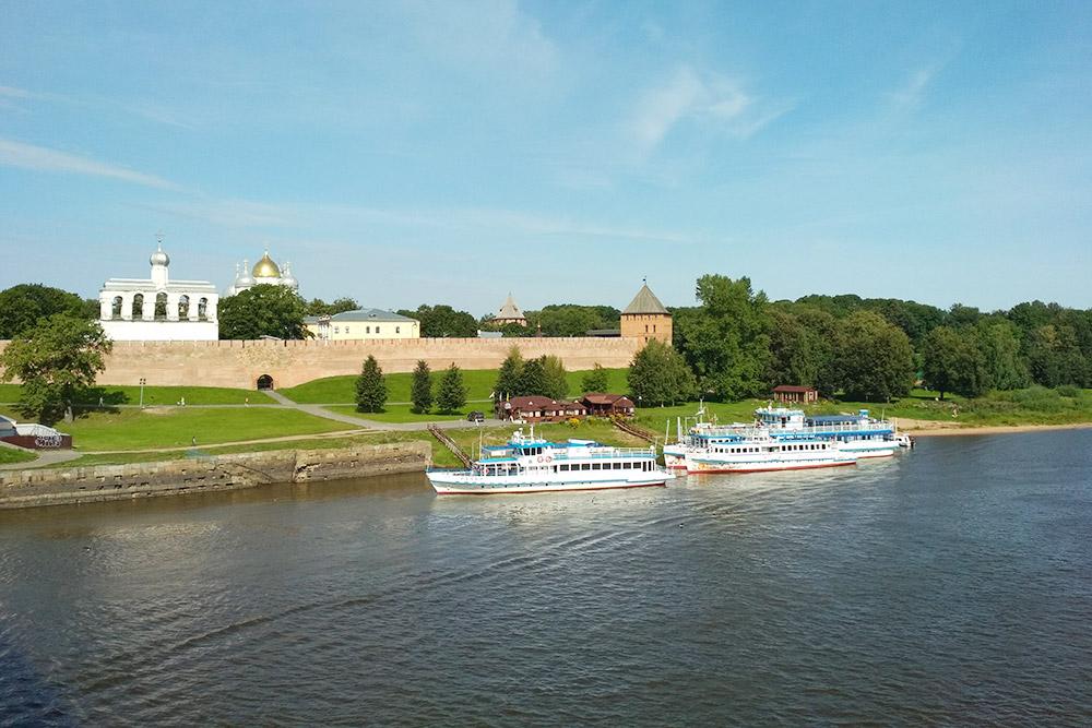 Вид на кремль, звонницу Софийского собора и сам собор с пешеходного моста через реку Волхов