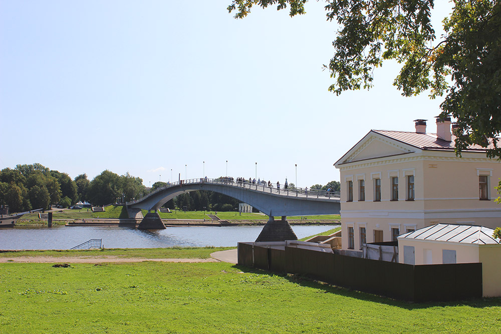 «Горбатый» пешеходный мост, соединяющий Софийскую и Торговую стороны Великого Новгорода. В здании, окруженном забором, скоро откроют музей Великого моста