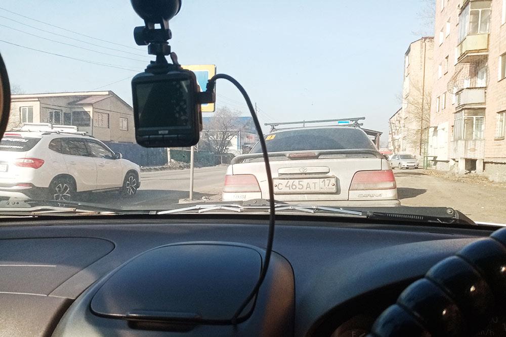 Здесь завидеорегистратором спрятался дорожный знак «Пешеходный переход». Водитель может его неувидеть — врезультате пешеход рискует попасть подмашину