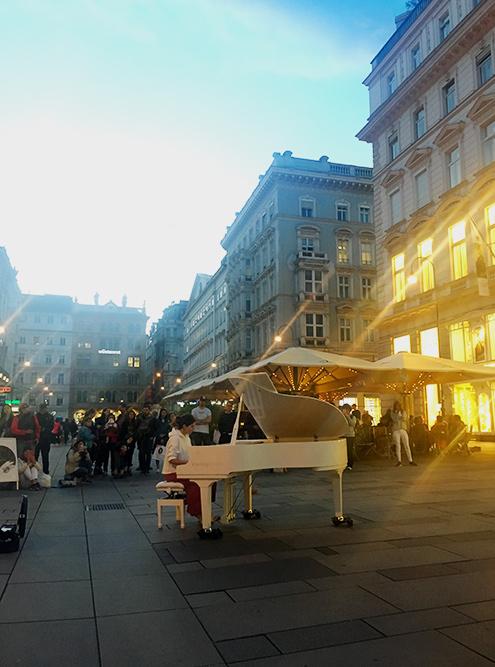 На площади перед собором стоит рояль, на котором может сыграть любой желающий