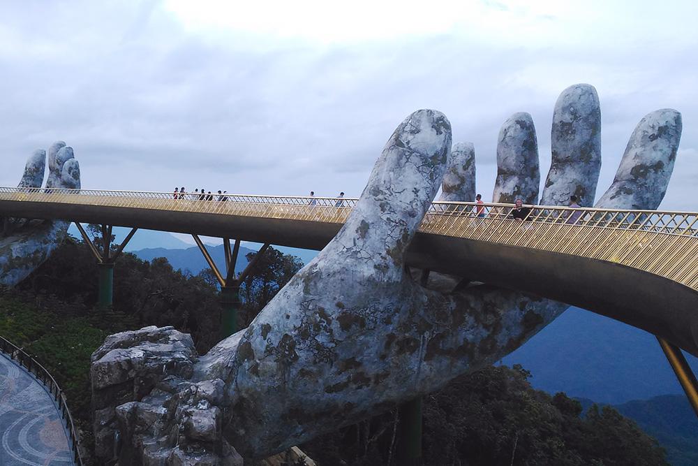 Мост «Руки Бога» в пригороде Дананга привлекает много туристов