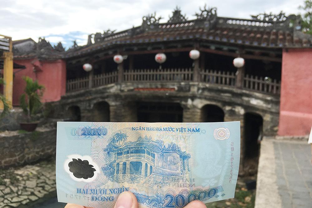 Купюра 20 000 донгов с изображением японского крытого моста в городе Хойан