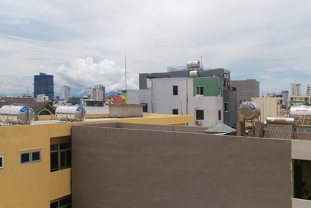 На крышах большинства домов стоят баки с водой, которые нагреваются от солнца