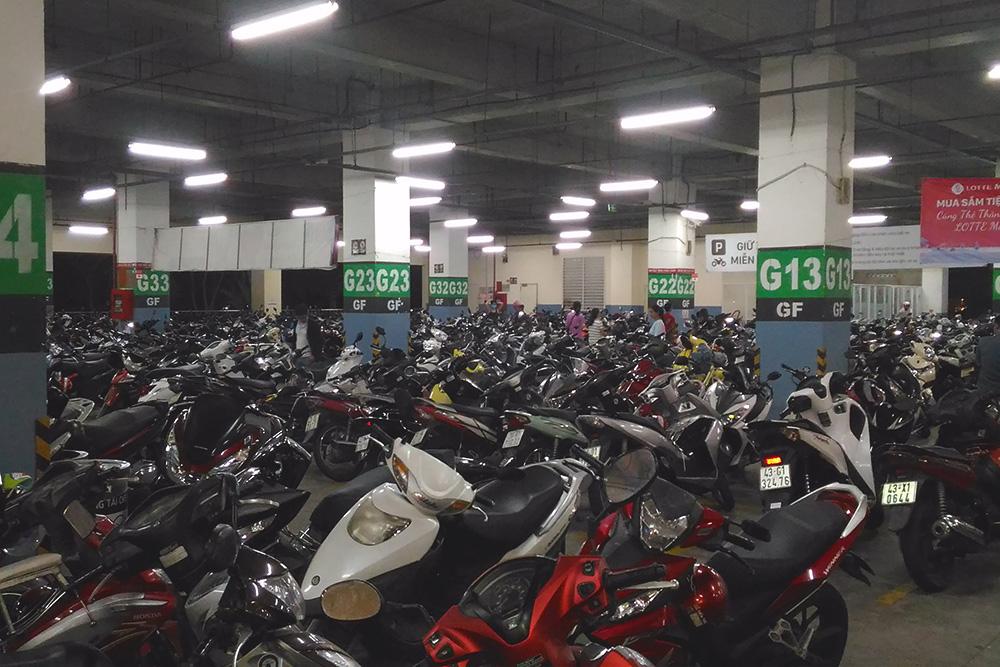Подземная парковка байков в торговом центре