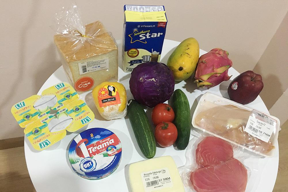 Наша продуктовая корзина: хлеб 10 000 ₫ (27 рублей), йогурт 12 000 ₫ (33 рубля), сыр плавленый 29000 ₫ (79рублей), сгущенное молоко 45 000 ₫ (123 рубля)