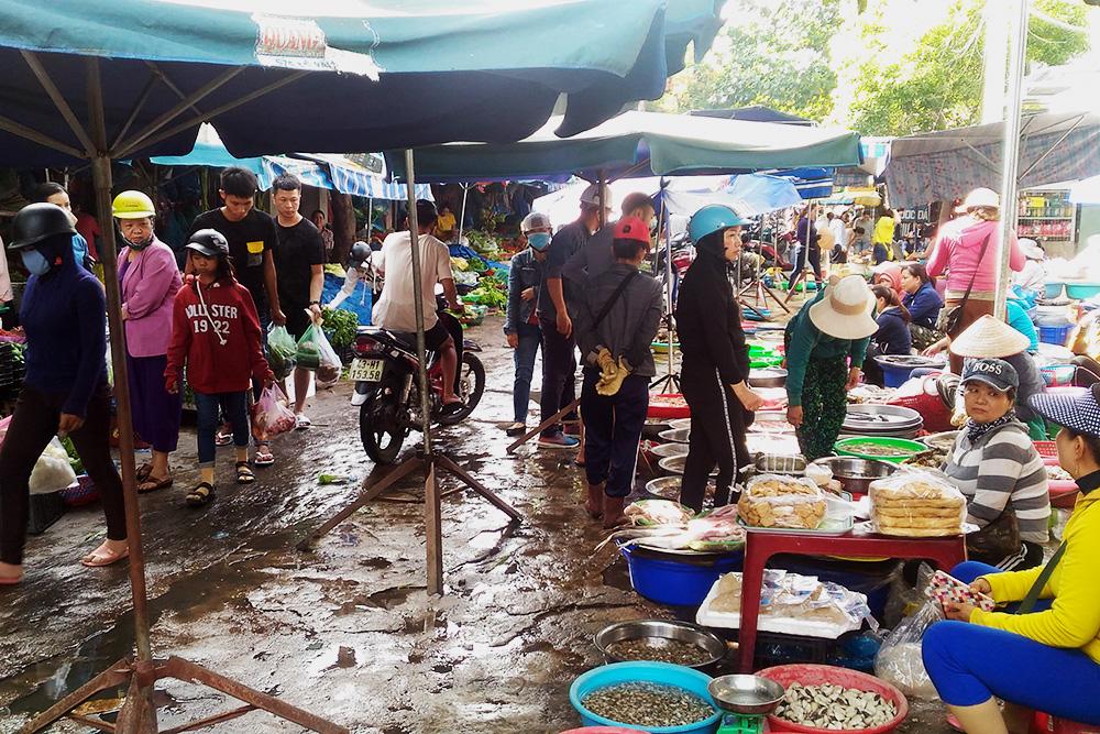 Типичный вьетнамский рынок: морепродукты в тазиках, фрукты в ящиках и байки между рядами