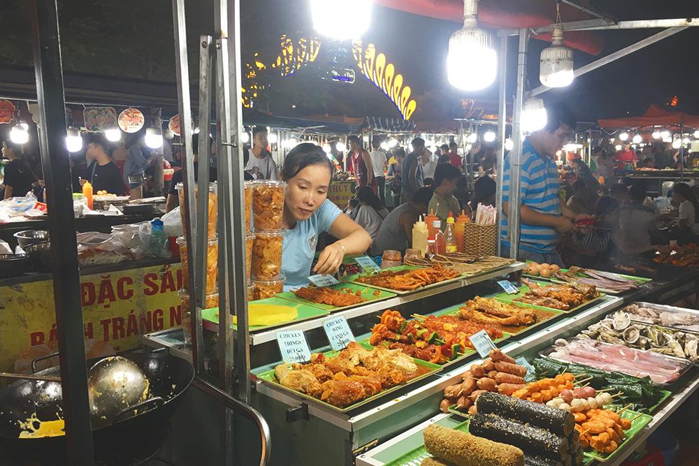 Уличная еда на ночном рынке Дананга вкусная и недорогая