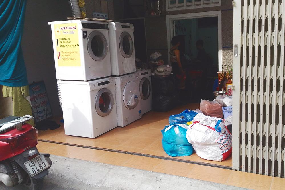 Так выглядит вьетнамская прачечная на улице, где мы живем. Машинки стирают и днем и ночью, прачечная пользуется спросом