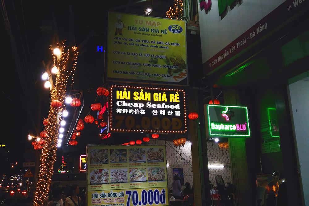 Вывеска кафе на четырех языках: вьетнамский, английский, китайский и корейский