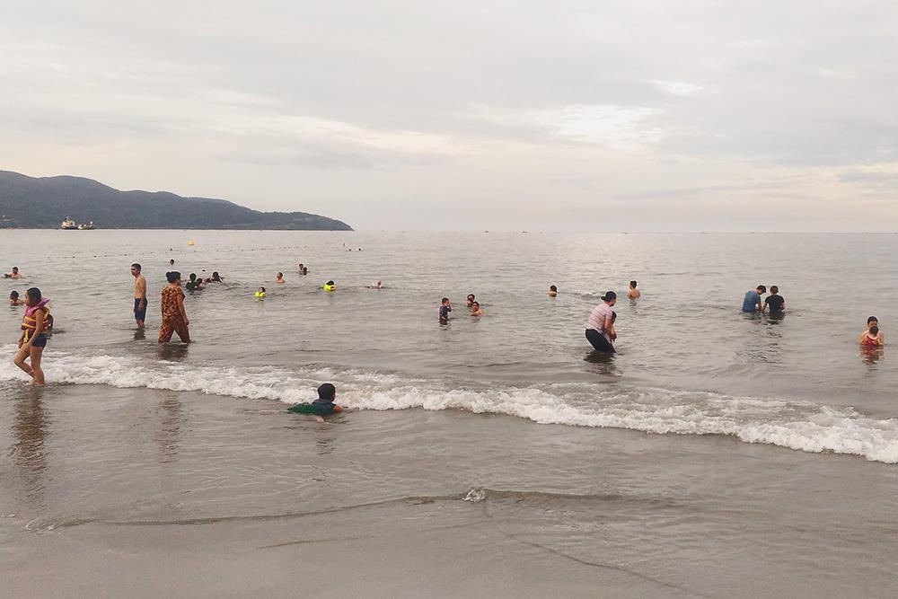 Местные жители купаются в одежде