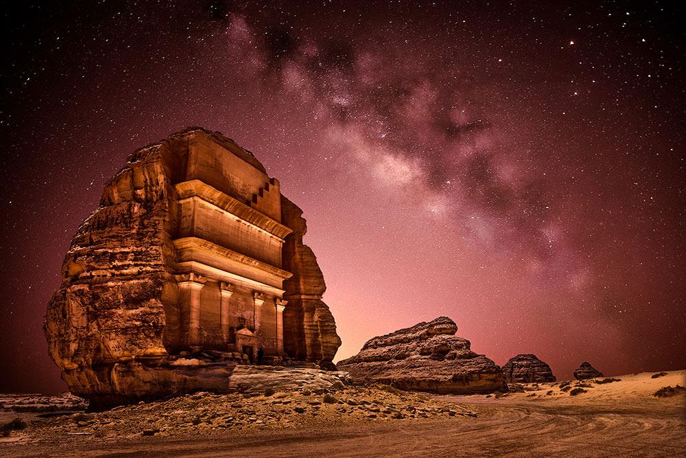 Один из объектов подохраной Юнеско в Саудовской Аравии — комплекс древних гробниц Мадаин-Салих, высеченных прямо в скалах. По оценкам историков, ему около 1900лет. Фото: Osama Ahmed Mansour / Shutterstock