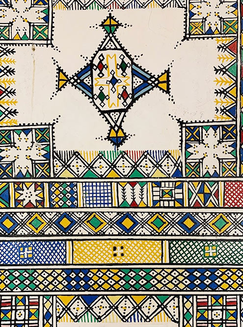 Так выглядят стены в традиционных саудовских домах в провинции Асир. Это не ковры, а рисунки на штукатурке
