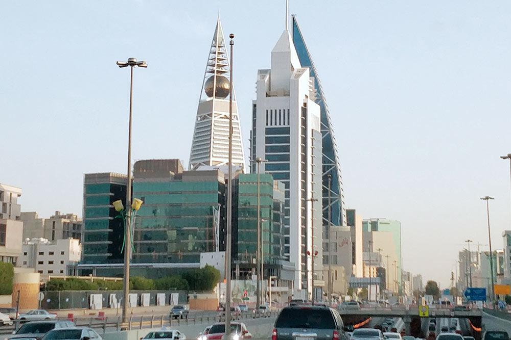 Центр Эр-Рияда. В золотом шаре башни Аль-Файсалия разместился модный ресторан. Фото: Andrew V Marcus / Shutterstock