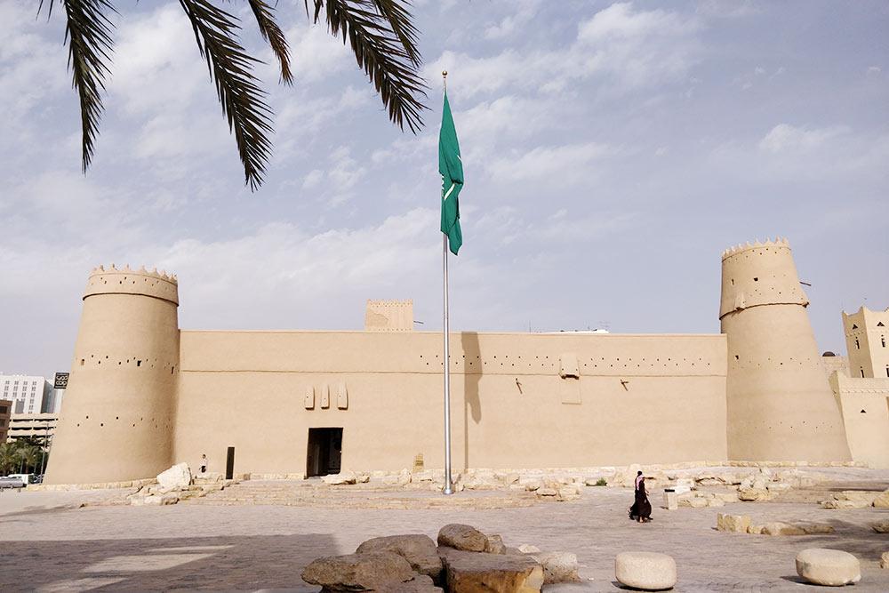 Крепость Масмак и Площадь правосудия — это печально известное место, где периодически устраивают публичные смертные казни через отрубание головы арабской саблей