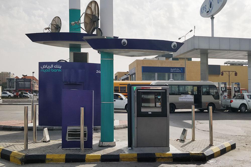 На заправках или у торговых центров часто расположены низкие банкоматы, к которым удобно подъехать и снять наличные прямо из машины