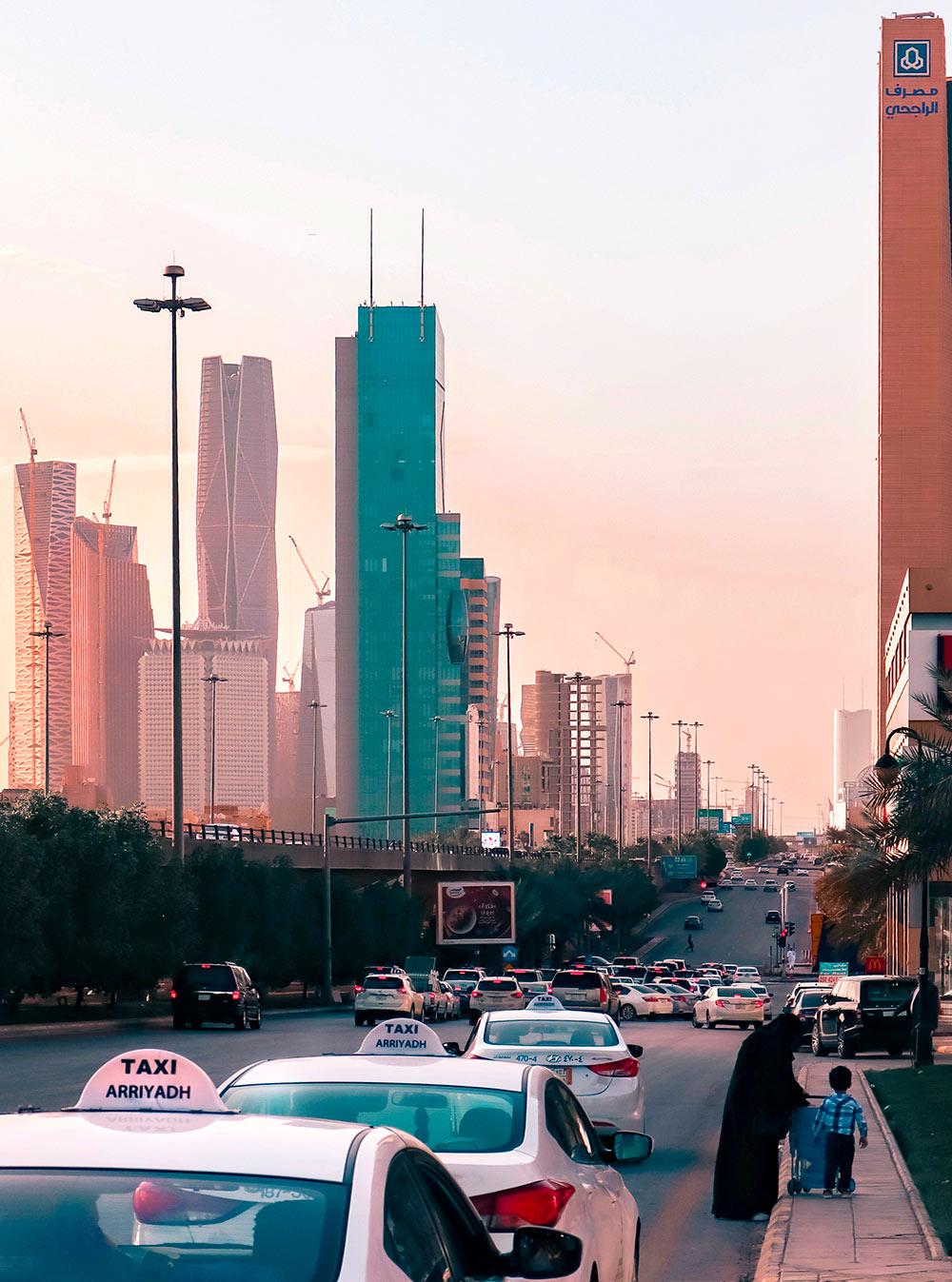 Городское такси обычно белого цвета, на шильдике на крыше написано название города, в котором оно работает. Фото: @rexrm