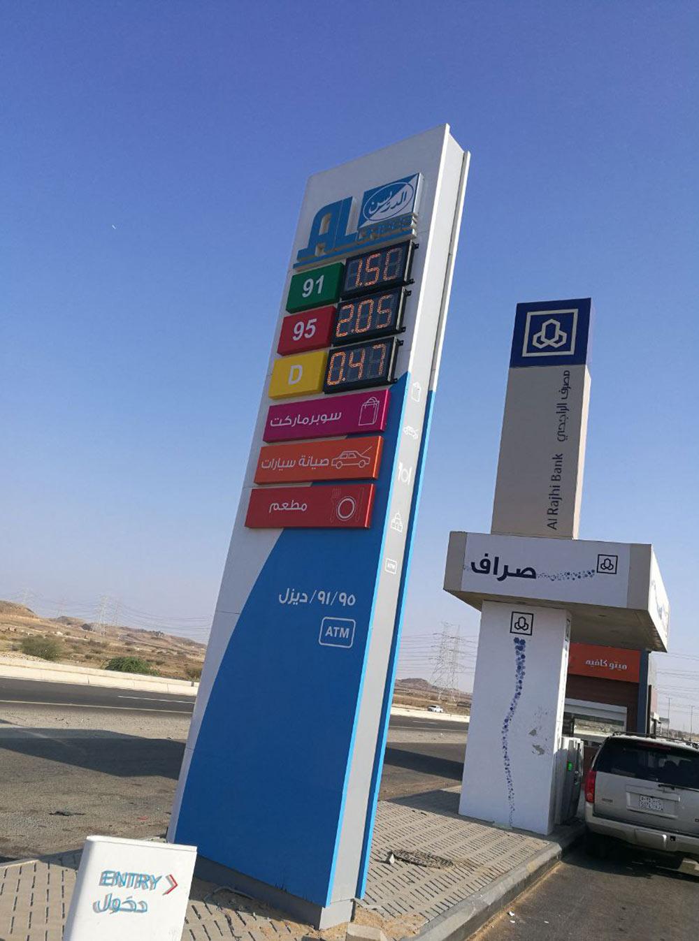 В королевстве на АЗС есть две марки бензина: АИ-95 по 2,05 SR (40<span class=ruble>Р</span>) за литр и АИ-91 по 1,55 SR (30<span class=ruble>Р</span>)
