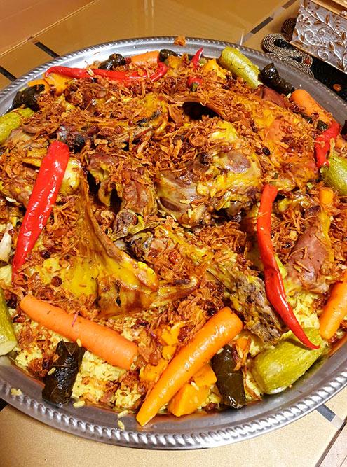 Основное блюдо — рис и мясо — часто подают на больших плоских подносах, чтобы хватило на всю семью