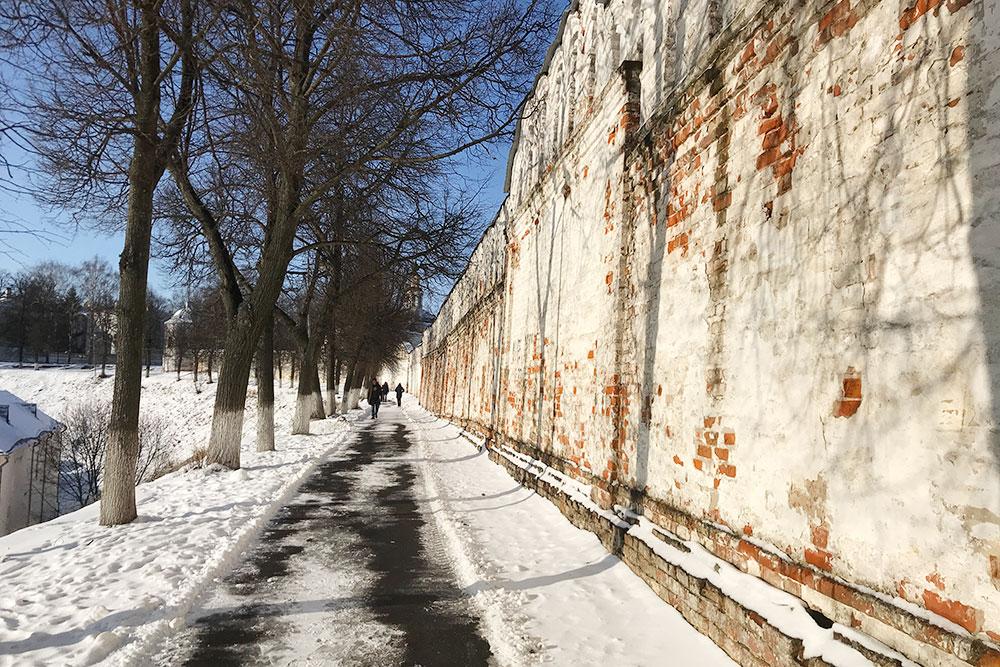Дорожка вдоль стен мужского монастыря навысоком холме