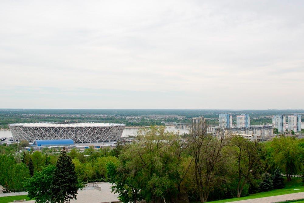 Вид на центр города — напереднем плане стадион «Волгоград-Арена», а заним Волга