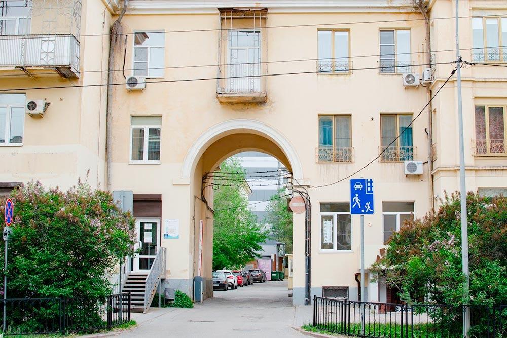 В Центральном районе есть улицы суютными домами середины прошлого века, обычных панелек почти нет