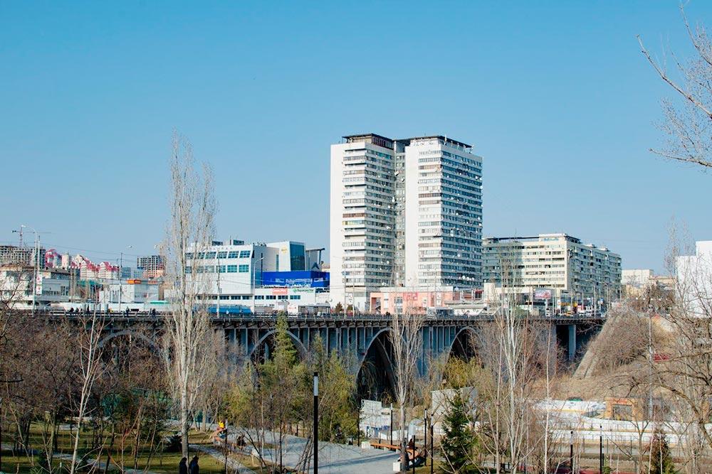 На фото мост, который разделяет Ворошиловский и Центральный районы. Напереднем плане парк, где ячасто гуляю