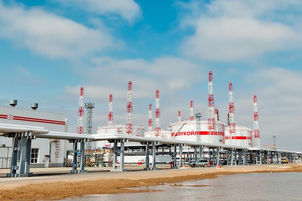 По трубам в«Лукойл» попадает нефть, здесь она перерабатывается идальше отгружается вюжные регионы России инаэкспорт. Мощность завода— 15,7млн тонн вгод. Фото: shinobi/ Shutterctock